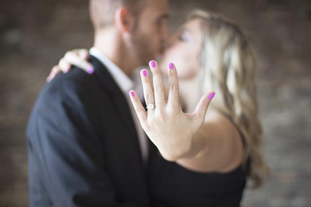 engagement-2268925_640